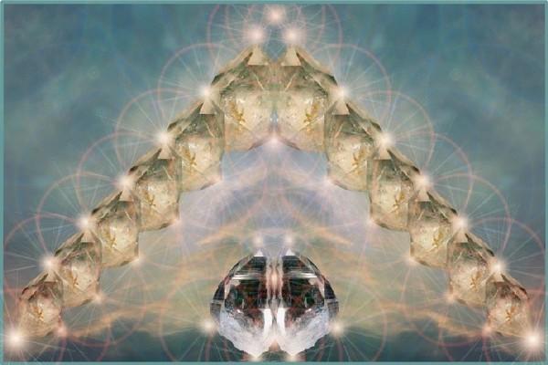 piramida-izluchaet-jarkie-luchi