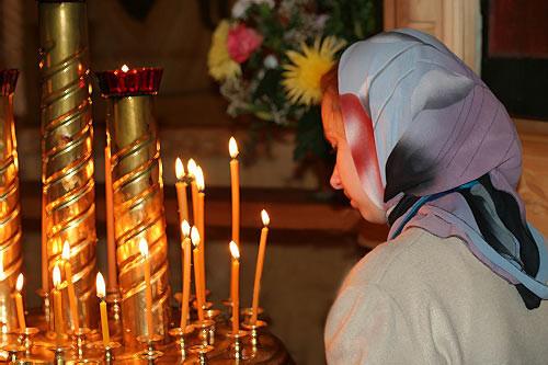 devushka-v-cerkvi