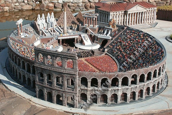 ludi-vnutri-amfiteatra